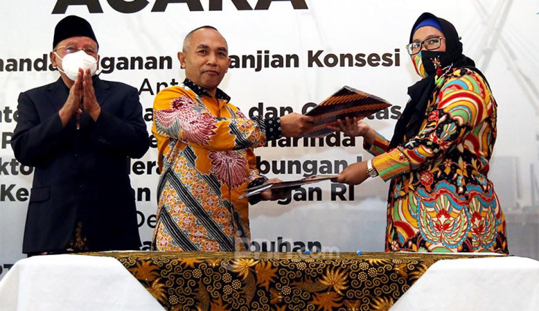 Kepala KSOP Kelas II Samarinda Dirjen Perhubungan Laut Kemenhub Muklish Tohepaly (tengah) dan Direktur Utama PT PTB Ika Pusparini (kanan) pada acara penandatanganan perjanjian kerja sama pemberian izin pengusahaan pelabuhan di Jakarta, Jumat (4/12). Foto: Ricardo - JPNN.com