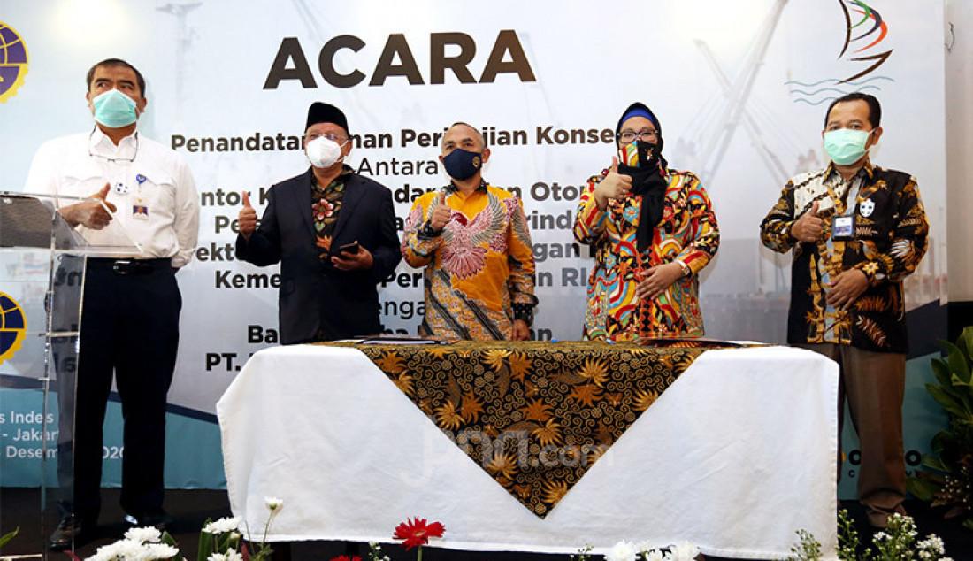 Dari kiri: Dirjen Perhubungan Laut Kemenhub Agus H. Purnomo bersama Komisaris Utama PT PTB Sukresno Darmo Sumarto, Kepala KSOP Kelas II Samarinda Dirjen Hubla Kemenhub Muklish Tohepaly, Direktur Utama PT PTB Ika Pusparini dan Kepala Biro Hukum Kemenhub Wahju Adji pada penandatanganan perjanjian kerja sama terkait pemberian izin pengusahaan pelabuhan, Jakarta, Jumat (4/12). Foto: Ricardo - JPNN.com