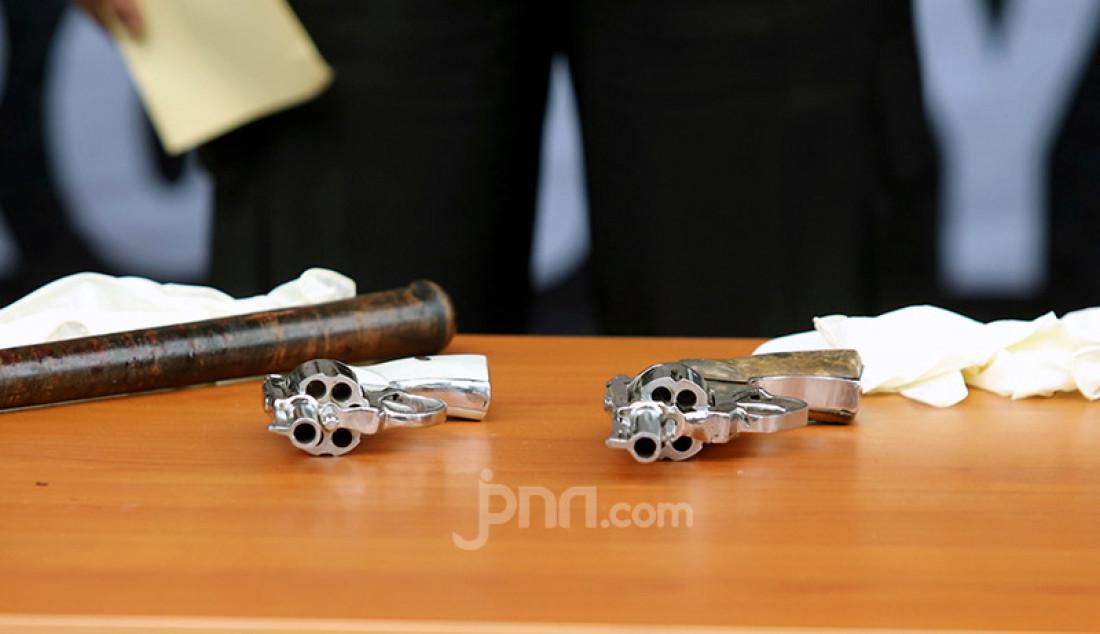 Barang bukti berupa dua pistol berikut amunisinya yang disita Polda Metro Jaya dari insiden tembak-menembak di Tol Jakarta-Cikampek KM 50 yang menewaskan enam anggota Laskar Pembela Islam. Foto: Ricardo - JPNN.com