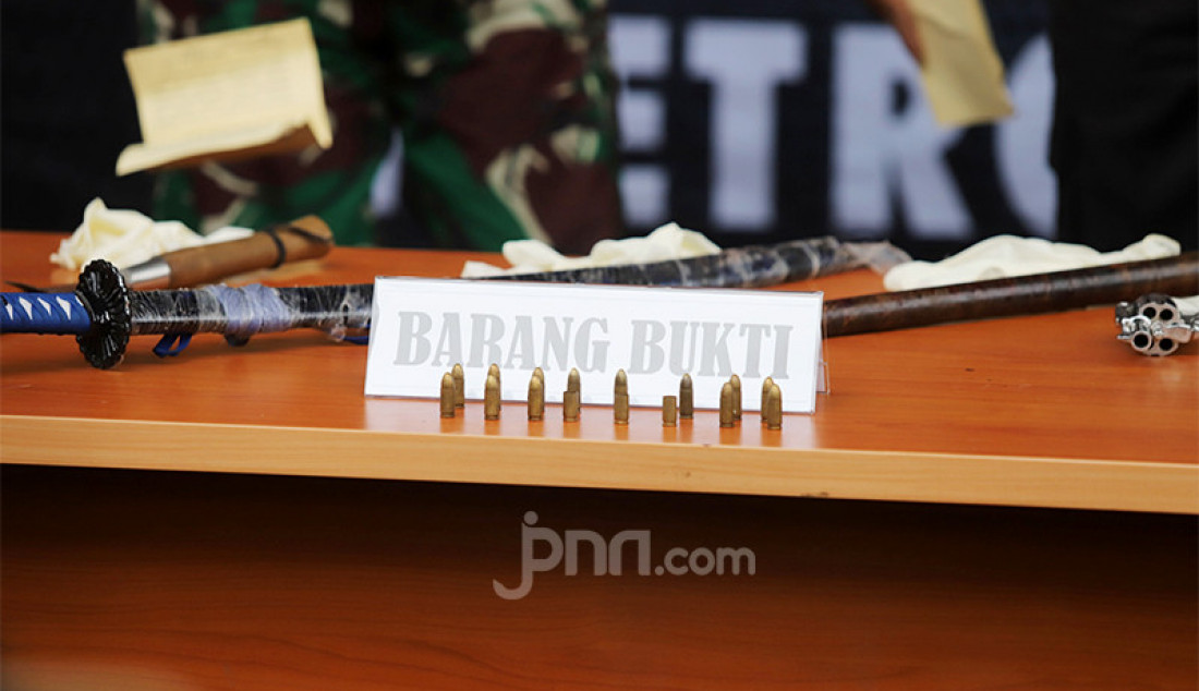 Polda Metro Jaya merilis barang bukti berupa dua pistol berikut amunisinya yang disita dari insiden tembak-menembak di Tol Jakarta-Cikampek KM 50 yang menewaskan enam anggota Laskar Pembela Islam. Foto: Ricardo - JPNN.com