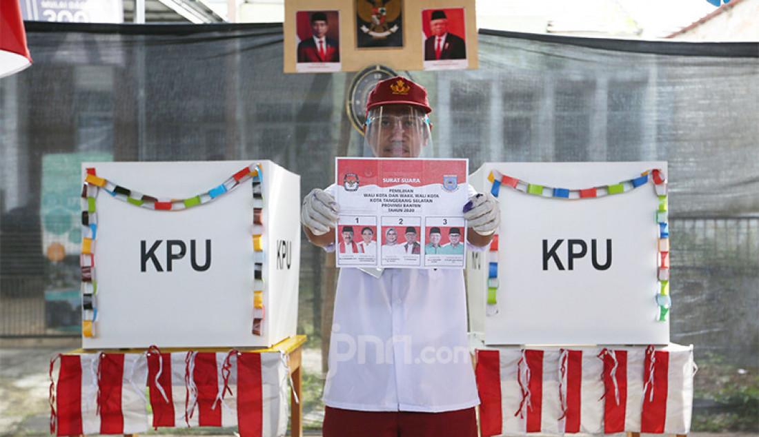 Sejumlah petugas TPS 49 Rindu Sekolah Lagi, Pamulang, Tangsel, Rabu (9/12) menggunakan pakaian sekolah, masker dan pelindung wajah untuk melayani pemilih. Petugas TPS tersebut mengenakan pakaian seragam sekolah untuk menarik warga menggunakan hak pilih pada Pilkada Tangsel 2020. Foto: Ricardo - JPNN.com