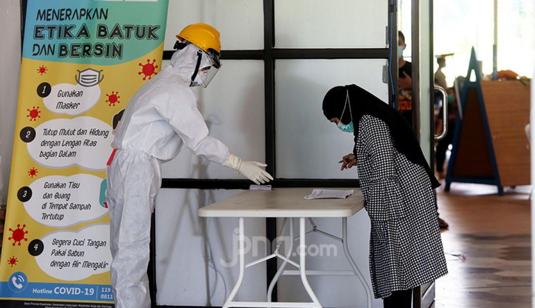 Sejumlah pasien berstatus orang tanpa gejala (OTG) Covid-19 menggunakan hak pilih mereka di TPS Rumah Lawan Covid-19, Tangsel, Banten, Rabu (12/9). Foto: Ricardo - JPNN.com