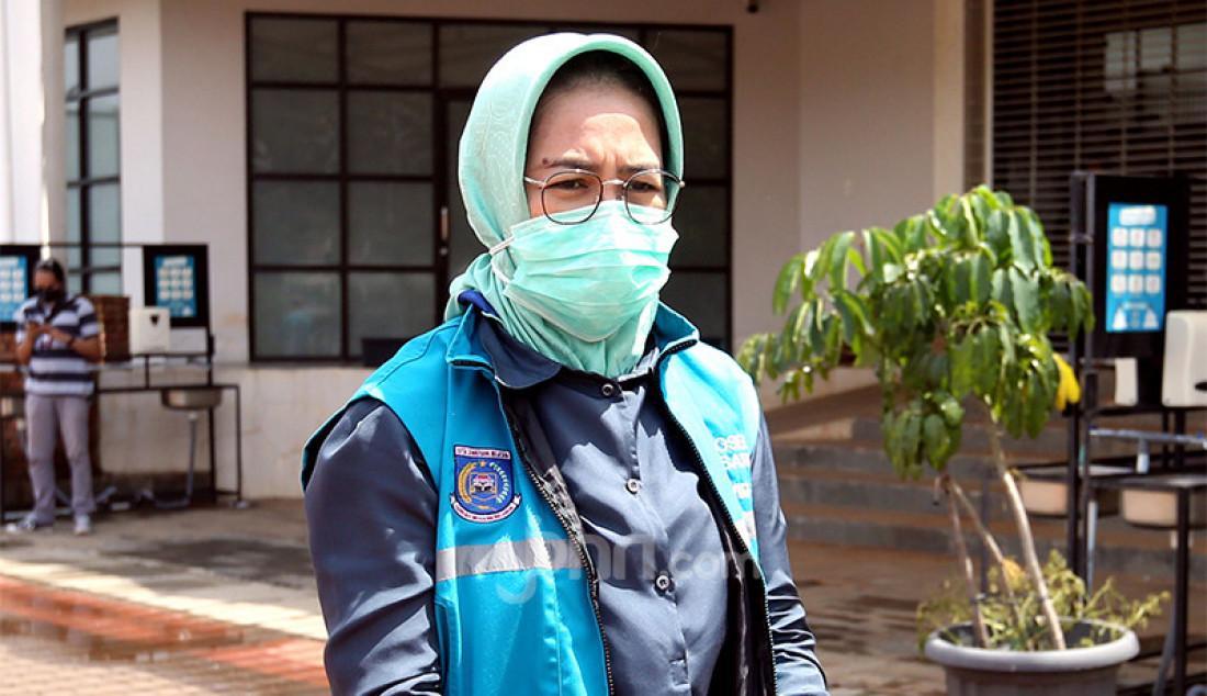 Wali Kota Tangerang Selatan Airin Rachmi Diany meninjau pasien berstatus orang tanpa gejala (OTG) Covid-19 yang menggunakan hak pilih mereka pada Pilkada 2020 di TPS Rumah Lawan Covid-19, Rabu (12/9). Foto: Ricardo - JPNN.com