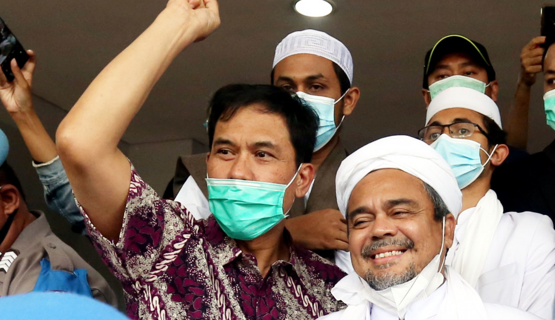 Sekretaris Umum Front Pembela Islam (FPI) Munarman mendampingi Habib Rizieq Shihab saat memenuhi panggilan Polda Metro Jaya, Jakarta, Sabtu (12/12). Polisi telah menetapkan Rizieq sebagai tersangka kasus pelanggaran protokol kesehatan pada kerumunan massa di Petamburan, Jakarta Pusat beberapa waktu lalu. Foto: Ricardo - JPNN.com