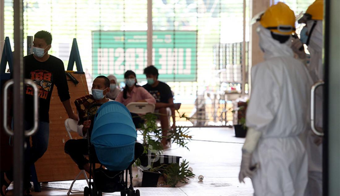 Aktivitas pasien dengan status orang tanpa gejala (OTG) di Rumah Lawan Covid-19 Kota Tangerang Selatan, Banten, Kamis (17/12). Foto: Ricardo - JPNN.com