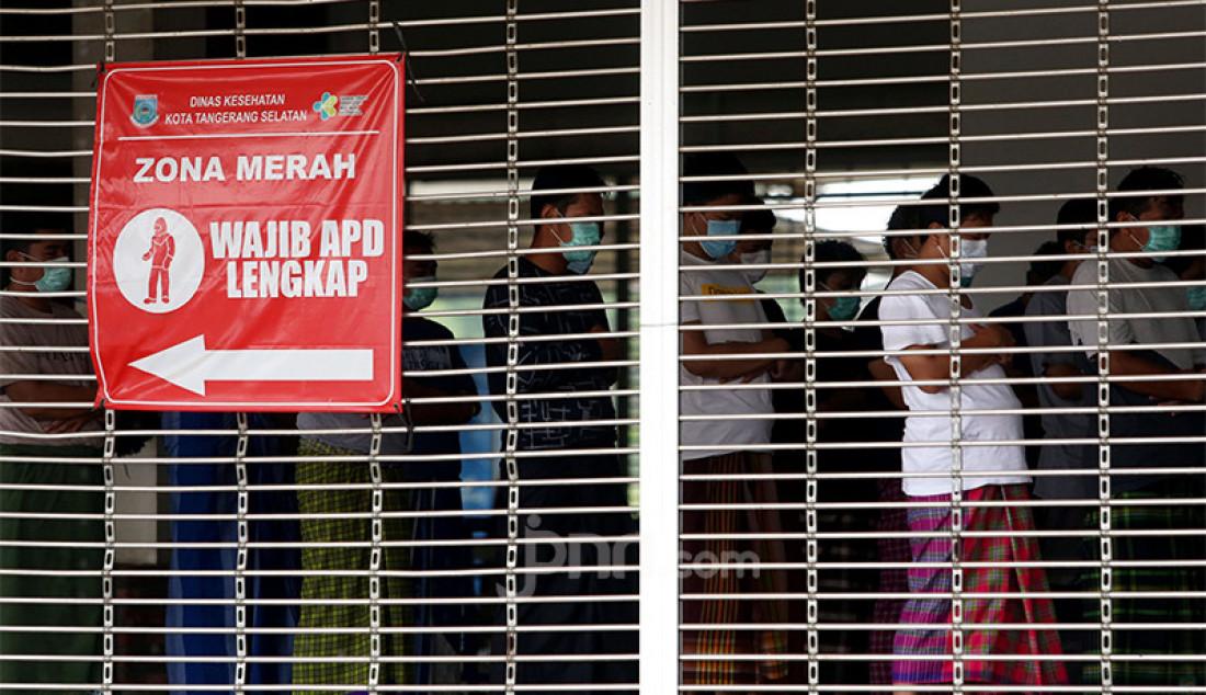 Pasien dengan status orang tanpa gejala (OTG) menjalani Salat Zuhur berjemaah di Rumah Lawan Covid-19 Kota Tangerang Selatan, Banten, Kamis (17/12). Foto: Ricardo - JPNN.com