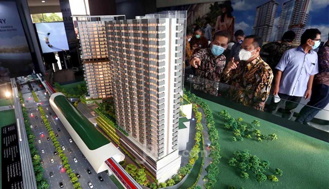 Pengunjung melihat maket apartemen Urban Suites di Kota Bekasi, Jawa Barat, Kamis (17/12). Urban Suites mengusung konsep hunian dan retail yang terintegrasi dengan Stasiun LRT Cikunir 1 Jatibening. Foto: Ricardo - JPNN.com