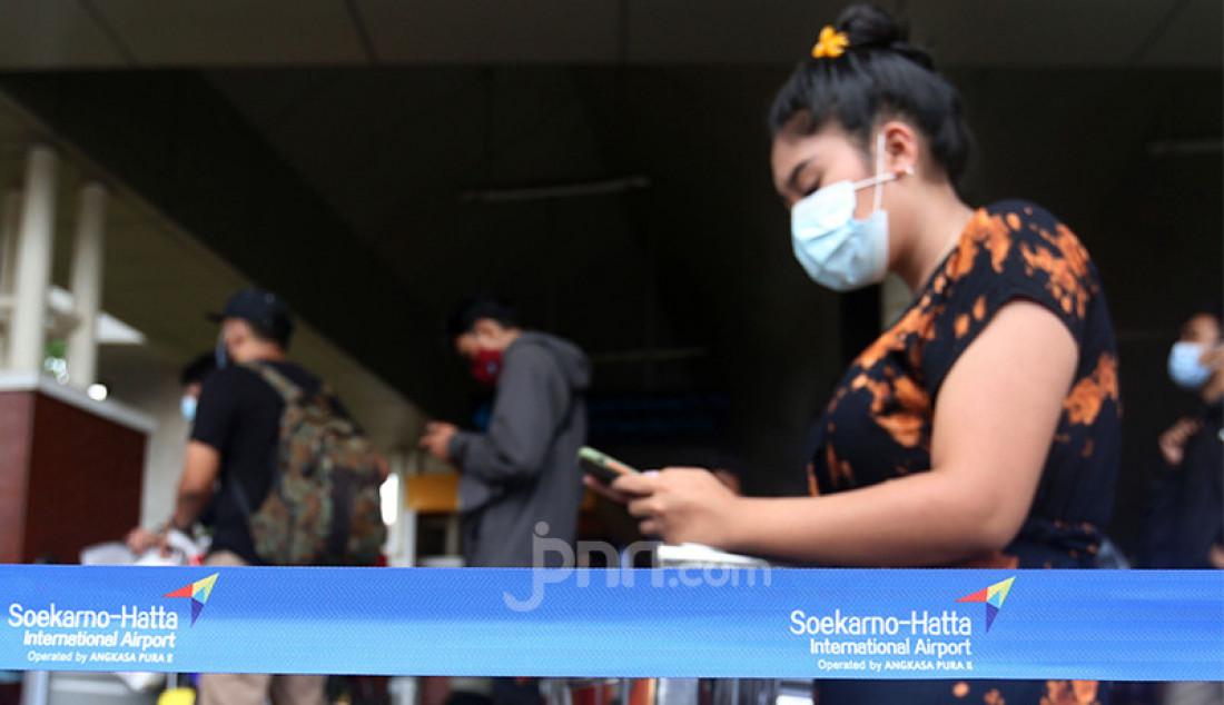 Para calon penumpang di Bandara Soekarno Hatta Tangerang, Banten tengah mengantre layanan rapid test antigen, Selasa (22/12). Calon penumpang mengaku harus antre hingga tiga jam untuk mendapatkan layanan rapid tes antigen dengan biaya Rp 200 ribu. Foto: Ricardo - JPNN.com