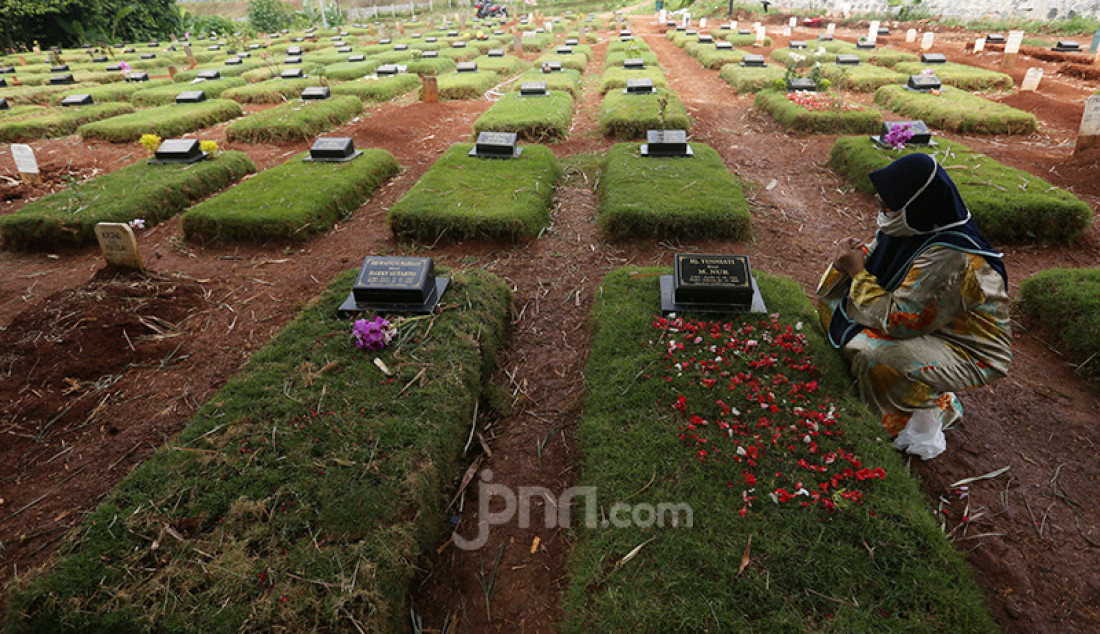 Warga melakukan ziarah kubur korban Covid-19 di Taman Pemakaman Umum (TPU) Jombang, Tangerang Selatan, Banten, Selasa (29/12). Pada Senin (28/12), terdapat 32 kasus baru Covid-19 di Tangsel sehingga totalnya sudah mencapai 3.625 kasus dengan perincian 3.045 orang dinyatakan sembuh, sementara 410 pasien masih dirawat, sedangkan 170 orang meninggal dunia. Foto: Ricardo - JPNN.com
