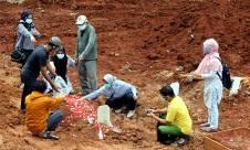 Ziarah Kubur di Makam Korban Covid-19 Tangsel - JPNN.com