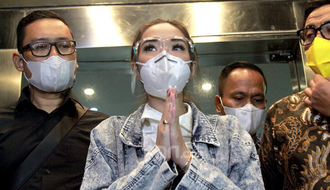 Tersangka kasus video asusila Gisella Anastasia alias Gisel usai menjalani pemeriksaan di Polda Metro Jaya, Jakarta, Jumat (8/1). Gisel tampak menjura saat menyampaikan keterangan di depan wartawan yang telah menunggunya di Polda Metro Jaya. Foto: Ricardo - JPNN.com