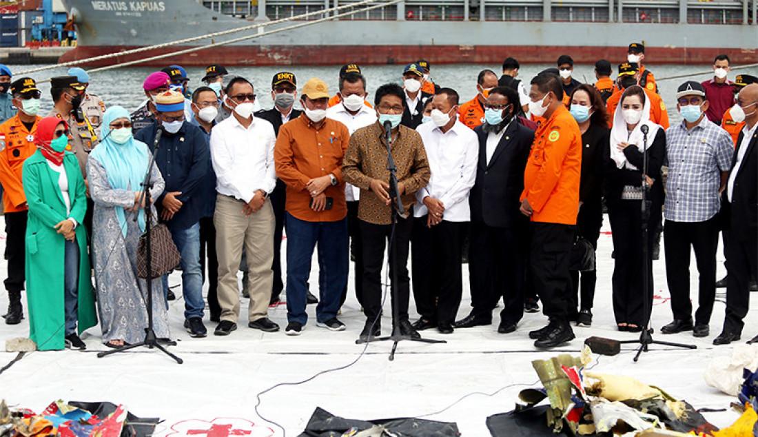 Pimpinan dan anggota Komisi V DPR yang membidangi perhubungan mengunjungi Posko SAR Sriwijaya Air SJ182 di Dermaga JICT 2, Jakarta Utara, Senin (11/1). Kunjungan itu sebagai bentuk dukungan bagi Basarnas yang tengah melakukan operasi pencarian dan evakuasi terhadap korban Sriwijaya Air SJ182. Foto: Ricardo - JPNN.com
