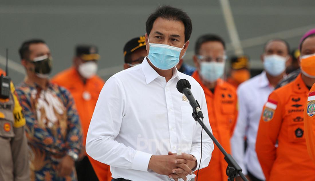 Wakil Ketua DPR Azis Syamsuddin memberikan keterangan pers usai meninjau Posko Operasi SAR Sriwijaya Air SJ182 di Dermaga JICT 2, Jakarta Utara, Senin (11/1). Foto: Ricardo - JPNN.com