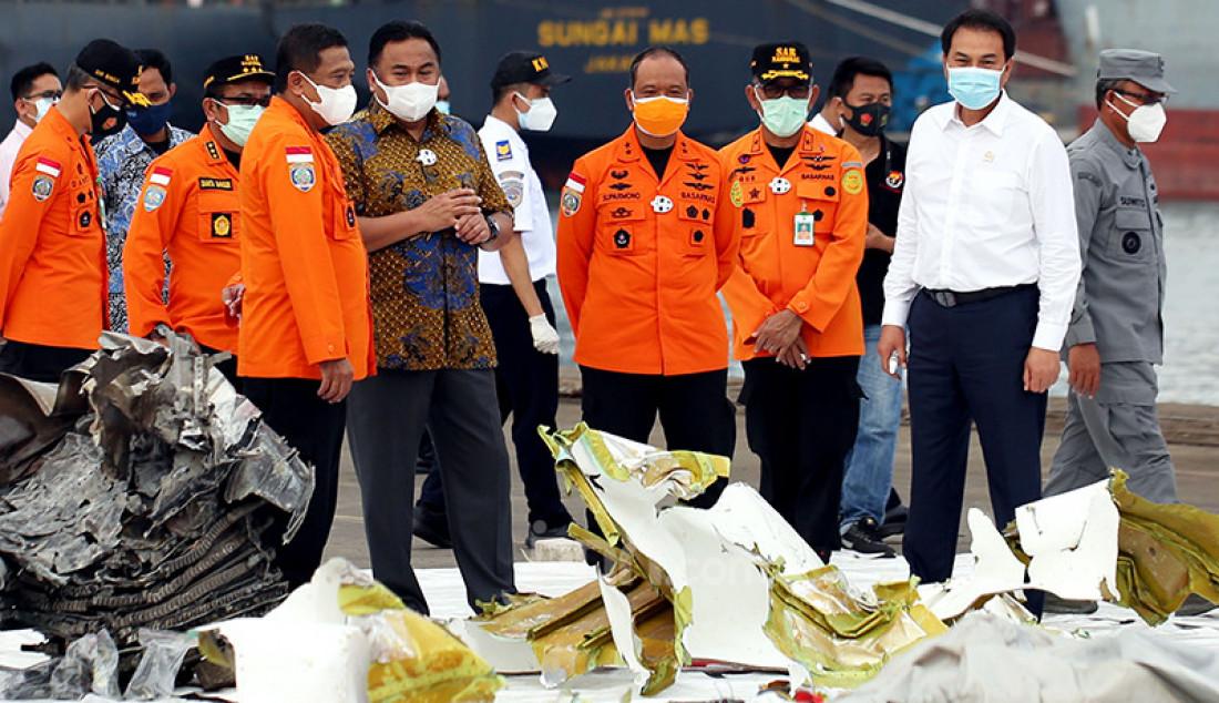 Dua Wakil Ketua DPR, Azis Syamsuddin (kemeja putih) dan Rachmat Gobel (berbatik) saat meninjau Posko SAR Sriwijaya Air SJ182 di Dermaga JICT 2, Jakarta Utara, Senin (11/1). Foto: Ricardo - JPNN.com