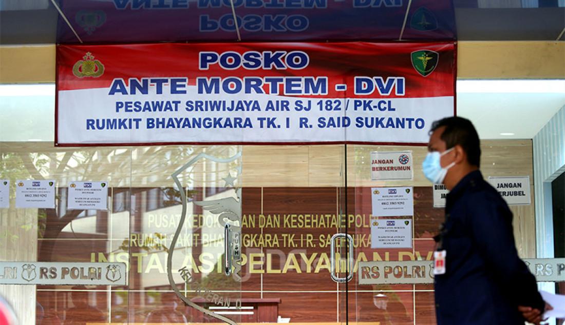 Posko Antemortem-DVI pesawat Sriwijaya Air SJ 182 di RS Polri Kramat Jati, Jakarta Timur, Selasa (12/1). Foto: Ricardo - JPNN.com