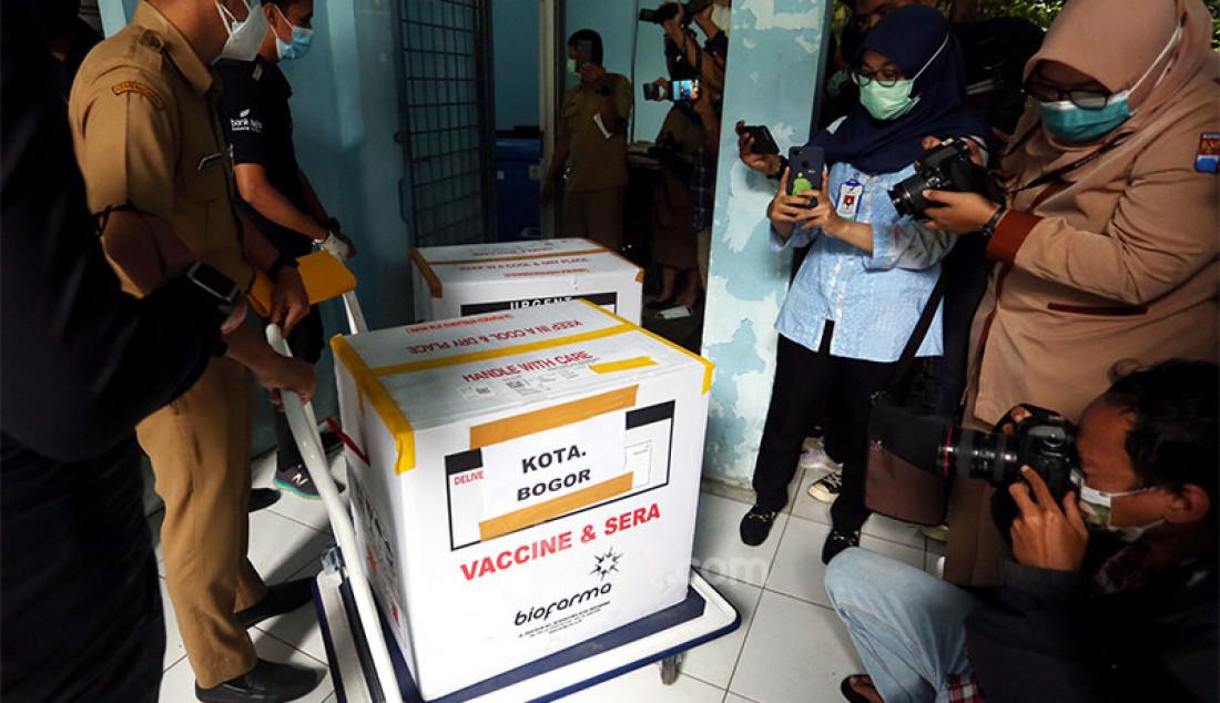 Vaksin COVID-19 buatan Sinovac, Tiongkok saat tiba di gudang Dinas Kesehatan Kota Bogor, Jawa Barat, Selasa (12/1). Foto: Ricardo - JPNN.com