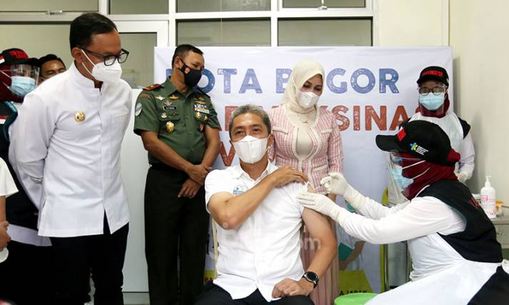 Kota Bogor Mulai Vaksinasi Covid-19, Lengan Pak Wawali Disuntik - JPNN.com