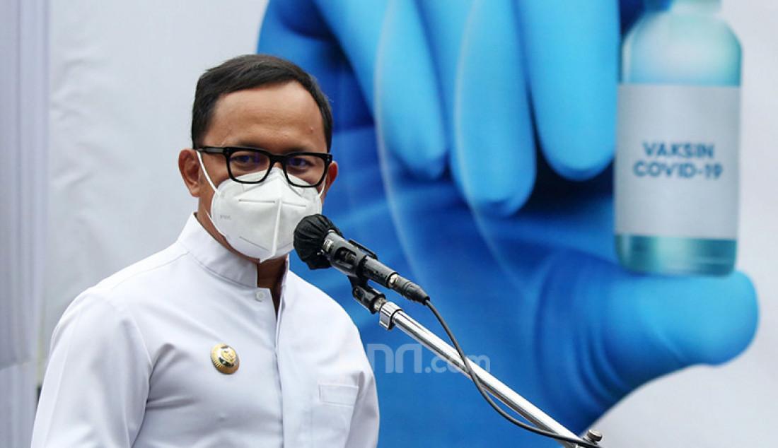 Wali Kota Bogor Bima Arya saat menyampaikan kata sambutan pada penyuntikan perdana vaksin Covid-19 di Puskesmas Tanah Sereal, Bogor, Jawa Barat, Kamis (14/1). Foto: Ricardo - JPNN.com