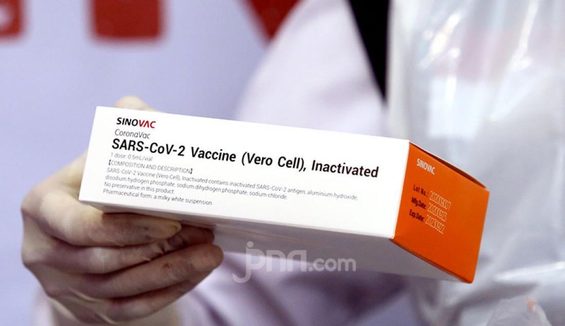 Petugas menyiapkan vaksin Covid-19 buatan Sinovac, Tiongkok yang akan disuntikkan kepada tenaga medis di Puskesmas Tanah Sereal, Kota Bogor, Jawa Barat, Kamis (14/1). Foto: Ricardo - JPNN.com
