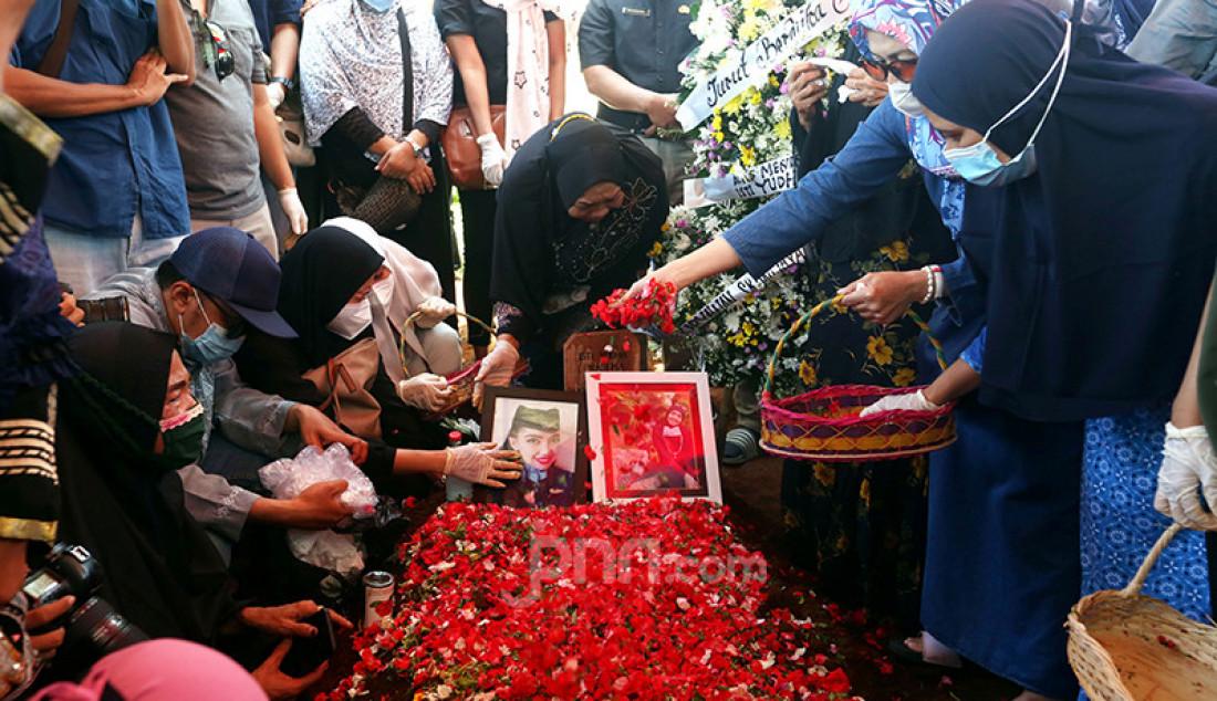 Keluarga dan rekan menghadiri pemakaman pramugari Nam Air Isti Yudha Prastika di TPU Pondok Petir, Depok, Jawa Barat, Sabtu (16/1). Isti merupakan salah satu korban insiden Sriwijaya Air SJ182. Foto: Ricardo - JPNN.com