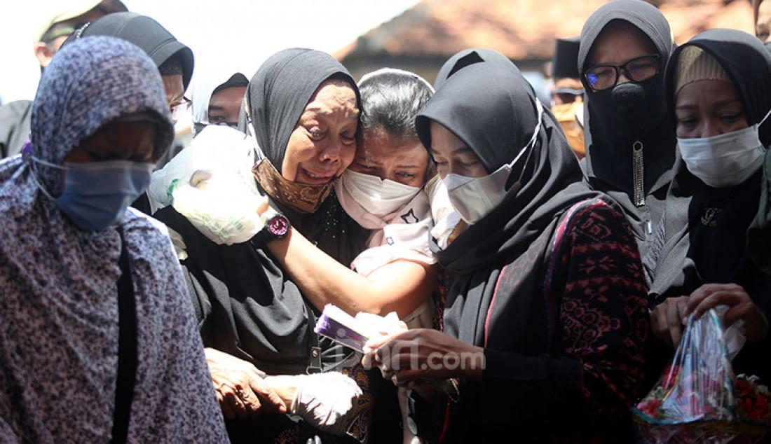 Keluarga menghadiri pemakaman pramugari Nam Air Isti Yudha Prastika di TPU Pondok Petir, Depok, Jawa Barat, Sabtu (16/1). Isti merupakan salah satu korban insiden Sriwijaya Air SJ182. Foto: Ricardo - JPNN.com