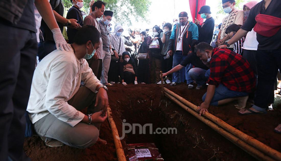 Proses permakaman Isti Yudha Prastika, pramugari Nam Air yang menjadi korban insiden Sriwijaya Air SJ182 di TPU Pondok Petir, Depok, Jawa Barat, Sabtu (16/1). Foto: Ricardo - JPNN.com