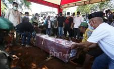 Pemakaman Pramugari Korban Sriwijaya Air SJ182 - JPNN.com