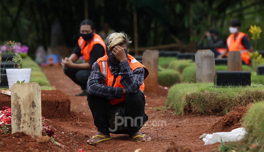 Sejumlah pelanggar ketentuan pembatasan sosial berskala besar (PSBB) di Tangerang Selatan (Tangsel), Banten menjalani sanksi berupa berdoa di Tempat Pemakaman Umum (TPU) Jombang, Senin (18/1). Pemerintah Kota Tangsel menerapkan sanksi doa di kuburan guna menyadarkan masyarakat yang mengabaikan protokol kesehatan di masa pandemi Covid-19. Foto: Ricardo - JPNN.com