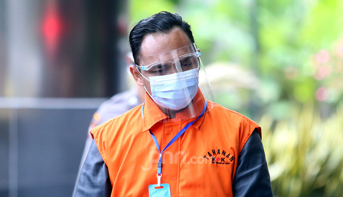 Staf istri Edhy Prabowo, Ainul Faqih tiba di Gedung Merah Putih KPK, Kuningan, Jakarta, Jumat (22/1) guna manjalani pemeriksaan sebagai tersangka dalam kasus suap sebesar Rp 3,4 miliar. Ainul diduga menampung uang dari pemilik PT ACK Ahmad Bahtiar untuk Edhy Prabowo terkait ekspor benur. Foto: Ricardo - JPNN.com