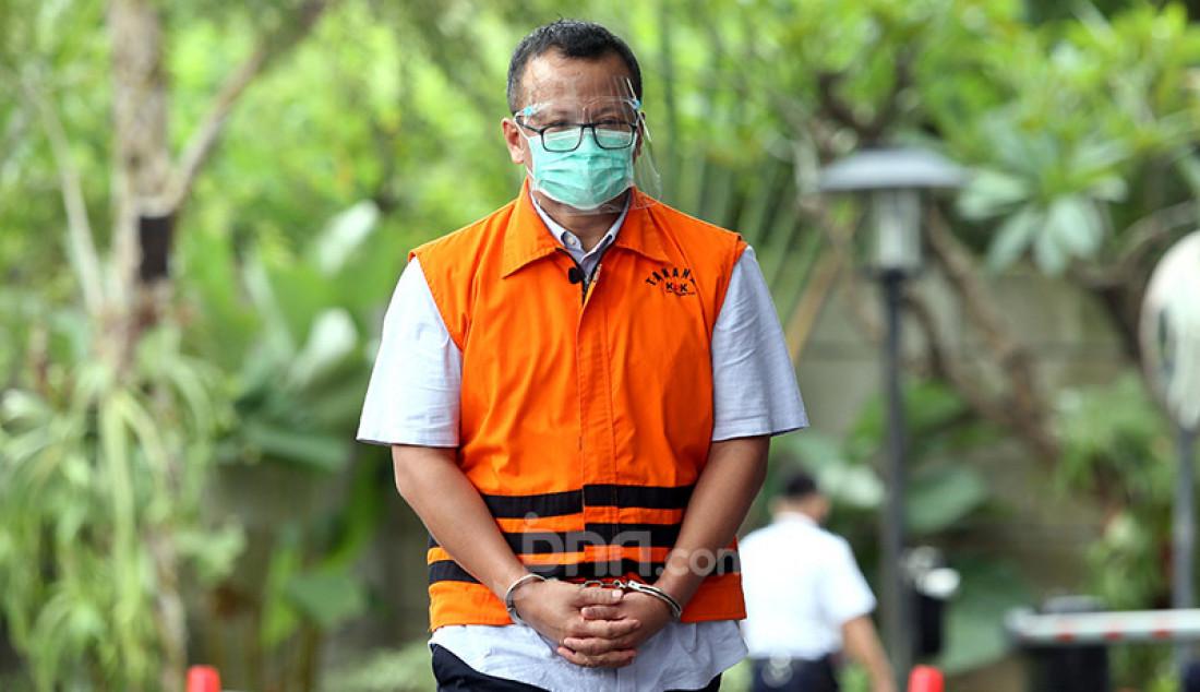 Mantan Menteri Kelautan dan Perikanan Edhy Prabowo usai menjalani pemeriksaan di Gedung KPK, Jakarta, Jumat (22/1). Edhy Prabowo menjadi tersangka dalam kasus suap perizinan ekspor benih lobster. Foto: Ricardo - JPNN.com