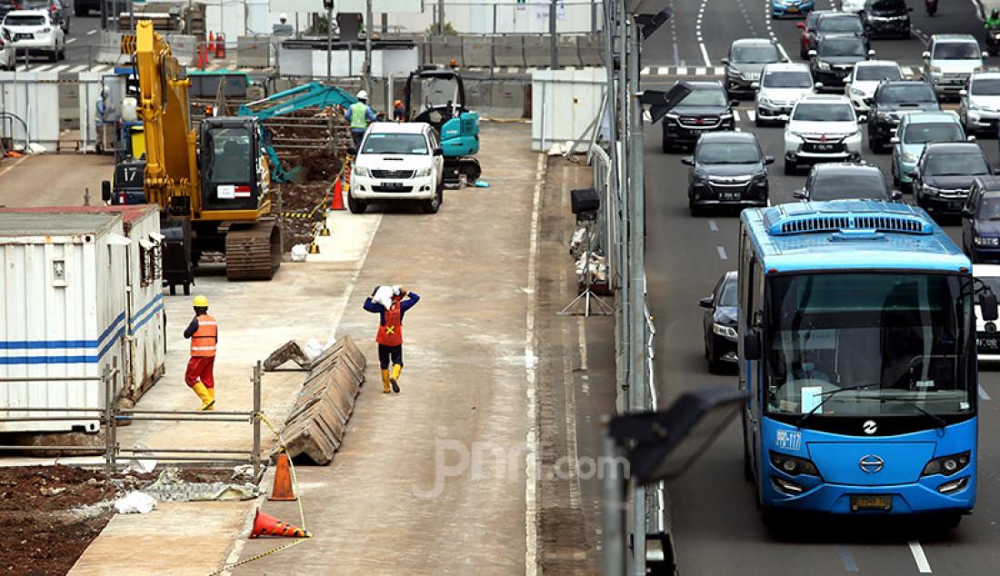 Para pekerja proyek pembangunan MRT Jakarta fase II di Jakarta tengah beraktivitas, Selasa (26/1/). Pembangunan jalur MRT Jakarta fase II diprediksi molor akibat pandemi Covid-19. Direktur Utama PT MRT Jakarta William Sabandar menuturkan fase II tahap pertama (CP201) dari Bundaran HI hingga Harmoni baru akan selesai pada Maret 2025, sementara tahap keduanya (CP202) dari Harmoni hingga Mangga Besar diperkirakan mundur hingga Agustus 2027. Foto: Ricardo - JPNN.com