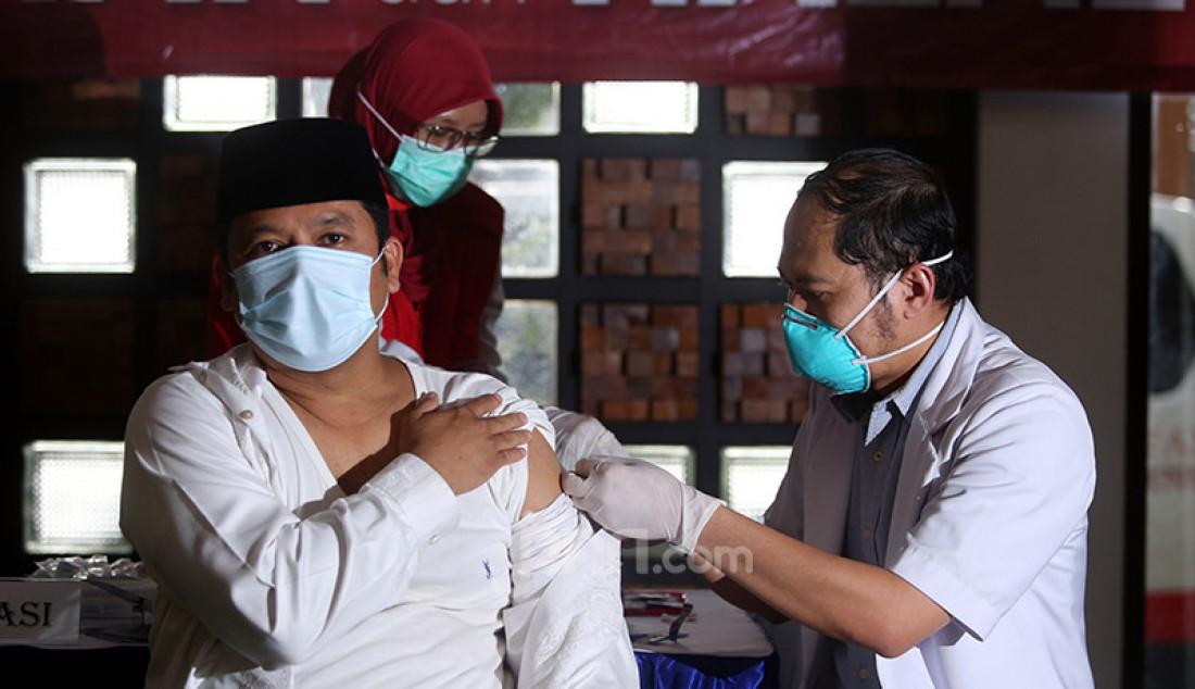 Wali Kota Tangerang Arief Wismansyah menerima suntikan vaksin Covid-19 kedua di Balai Kota Tangerang, Banten, Jumat (29/1). Foto: Ricardo - JPNN.com