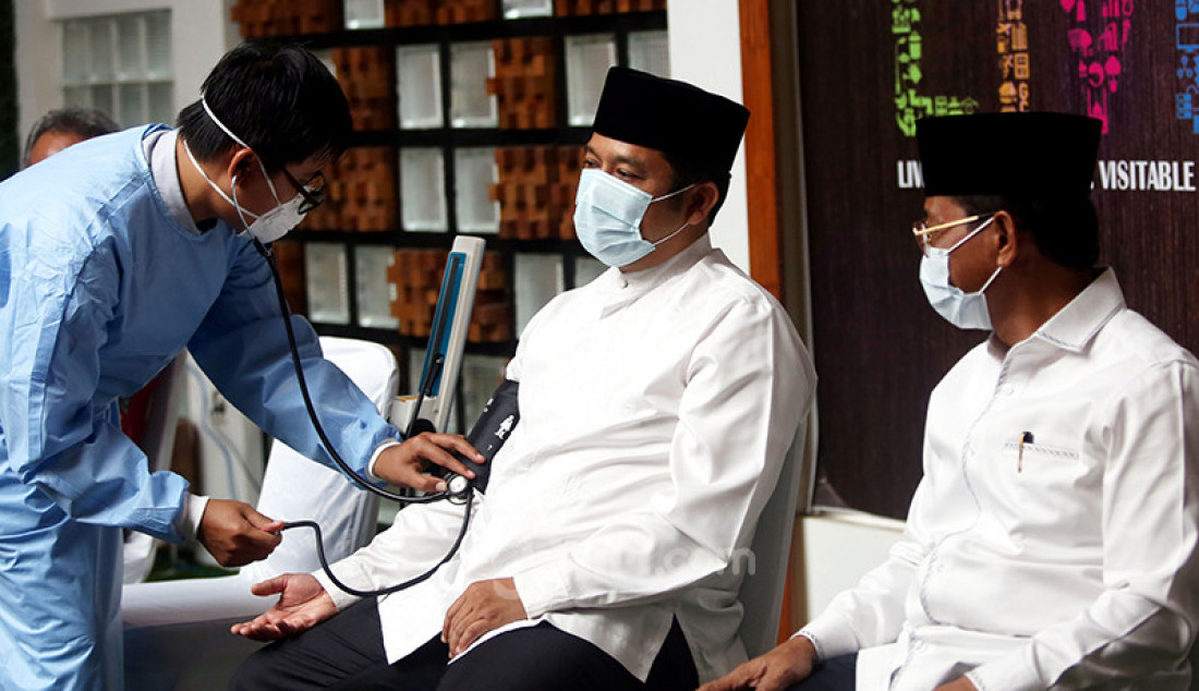 Wali Kota Tangerang Arief Wismansyah (kiri) dan wakilnya, Sachrudin sebelum menerima suntikan vaksin Covid-19 kedua di Balai Kota Tangerang, Jumat (29/1). Foto: Ricardo - JPNN.com