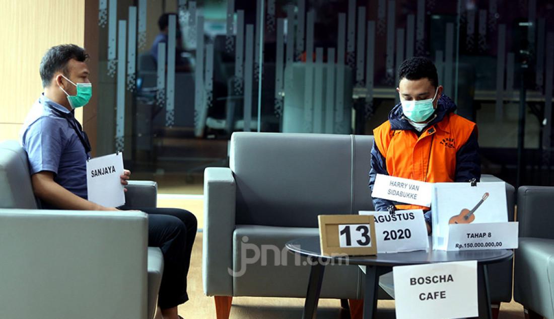 Penyidik KPK menggelar rekonstruksi perkara dugaan suap pengadaan bantuan sosial (bansos) penanganan COVID-19 di Jakarta, Senin (1/2). Dalam rekonstruksi itu di gedung KPK itu penyidik menghadirkan tiga tersangka, yakni Adi Wahyono dan Matheus Joko Santoso selaku pejabat pembuat komitmen di Kementerian Sosial (Kemensos), serta Harry Sidabuke dari pihak swasta. Foto: Ricardo - JPNN.com