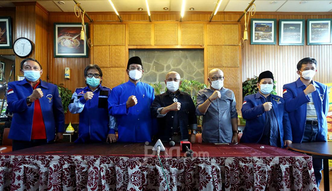 Forum Pendiri dan Senior Partai Demokrat menggelar jumpa pers di Jakarta, Selasa (2/2) guna menyikapi pernyataan Agus Harimurti Yudhoyono (AHY) tentang adanya gerakan yang mencoba menggusurnya dari kursi ketua umum. Para pendiri dan tokoh senior PD menginginkan permasalahan tersebut bisa diselesaikan secara internal. Foto: Ricardo - JPNN.com