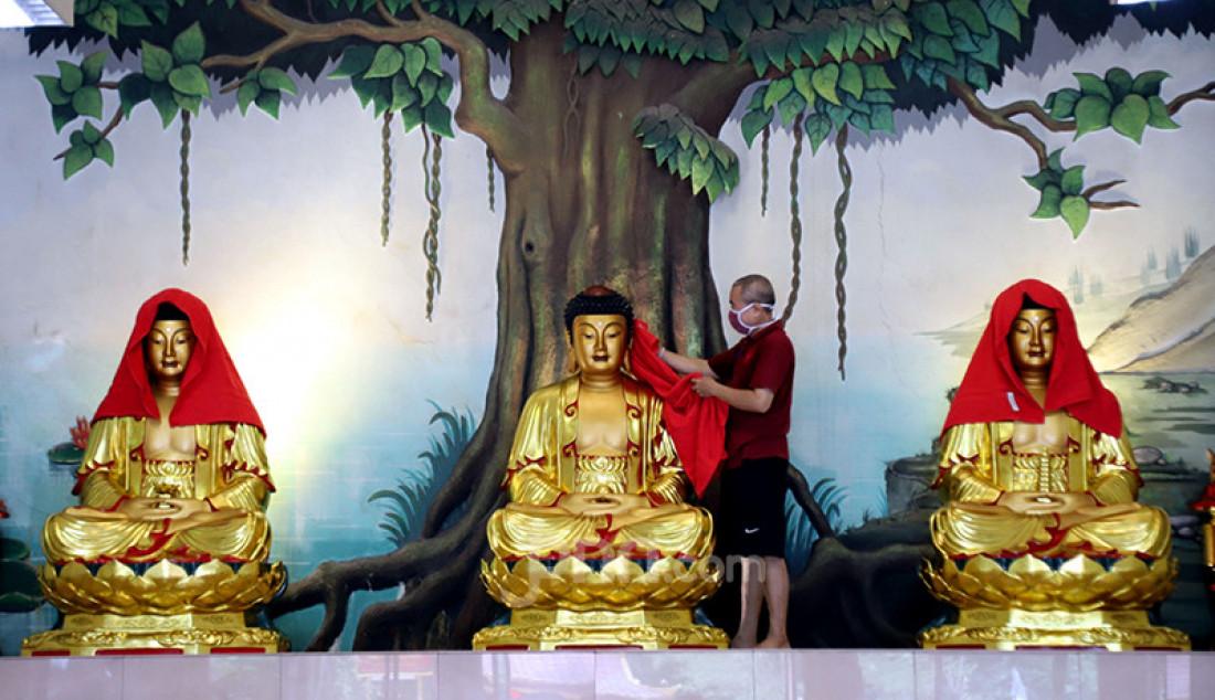 Pengelola Wihara Amurva Bhumi Karet, Jakarta, membersihkan patung Buddha, Kamis (4/2). Pencucian patung serta bersih-bersih tersebut dilakukan dalam rangka menyambut Imlek 2572. Foto: Ricardo - JPNN.com