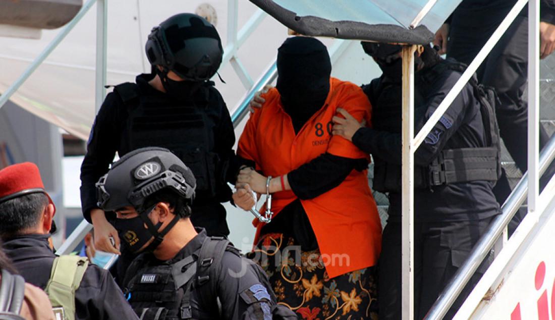 Anggota Detasemen Khusus 88 Antiteror Polri memegang terduga teroris menuruni tangga pesawat setibanya di Bandara Soekarno Hatta, Tangerang, Banten, Kamis (4/1). Polri memindahkan 26 terduga teroris dari Makassar dan Gorontalo ke Jakarta. Foto: Ricardo - JPNN.com