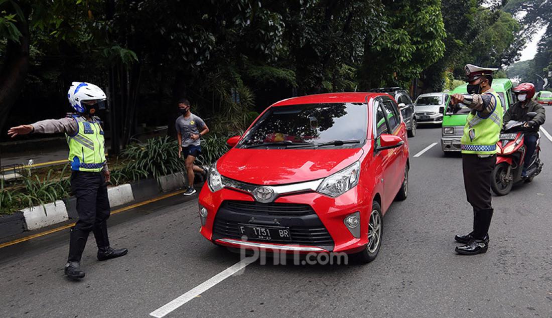 Petugas gabungan merazia kendaraan berpelat nomor ganjil yang memasuki Kota Bogor, Jawa Barat, Sabtu (6/2). Pemerintah Kota Bogor memberlakukan sistem ganjil-genap pada 6-7 Februari 2021 dalam rangka mengurangi kerumunan dan mencegah penularan Covid-19. Foto: Ricardo - JPNN.com