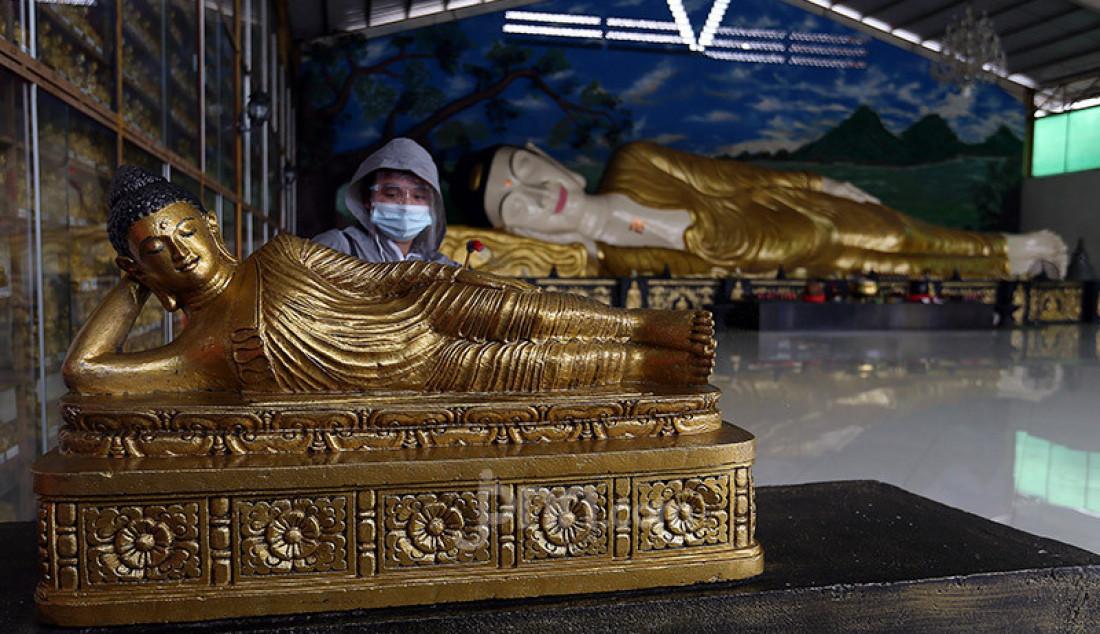 Warga Tionghoa membersihkan patung dan menyemprotkan disinfektan di Vihara Buddha Dharma & 8 Pho Sat, Bogor, Minggu (7/2). Penyemprotan disinfektan tersebut merupakan bagian dari kegiatan bersih-bersih dalam rangka menyambut Imlek 2572. Foto: Ricardo - JPNN.com