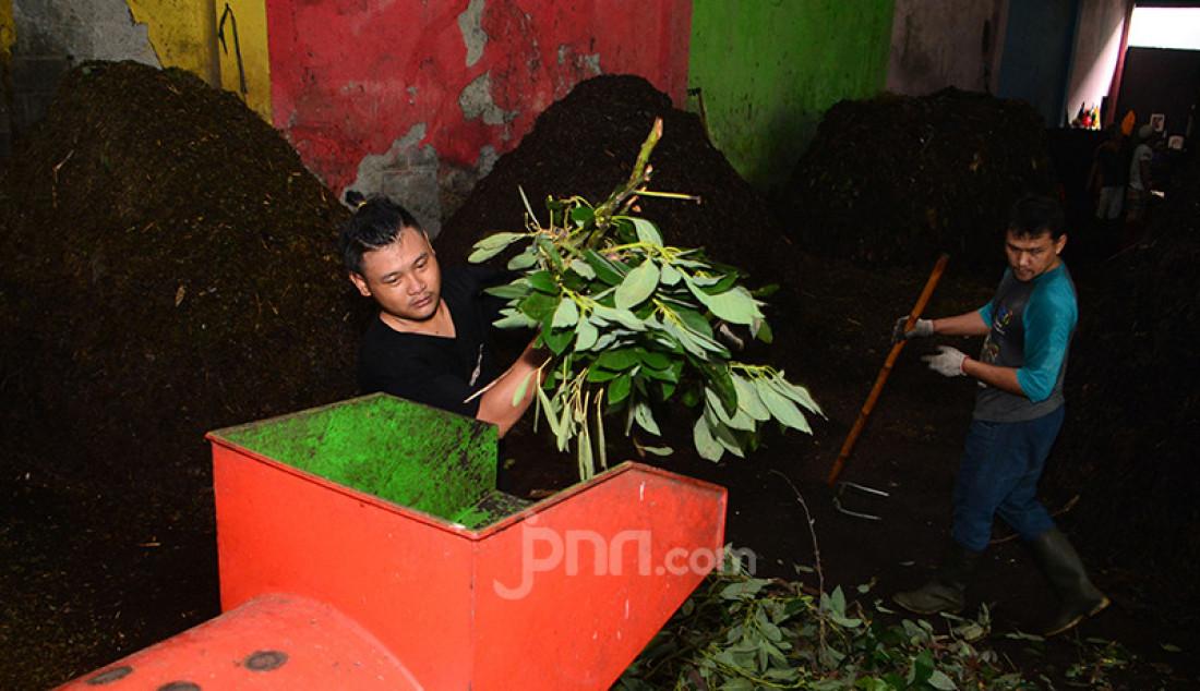 Petugas di Dinas Lingkungan Hidup dan Kebersihan (DLHK) Kota Depok mengolah sampah organik di Unit Pengolahan Sampah (UPS) Merdeka 1, Depok, Jawa Barat, Kamis (11/2). Dalam sehari, DLHK Kota Depok mampu mengolah 2-3 ton sampah rumah tangga menjadi pupuk organik. Foto: Ricardo - JPNN.com