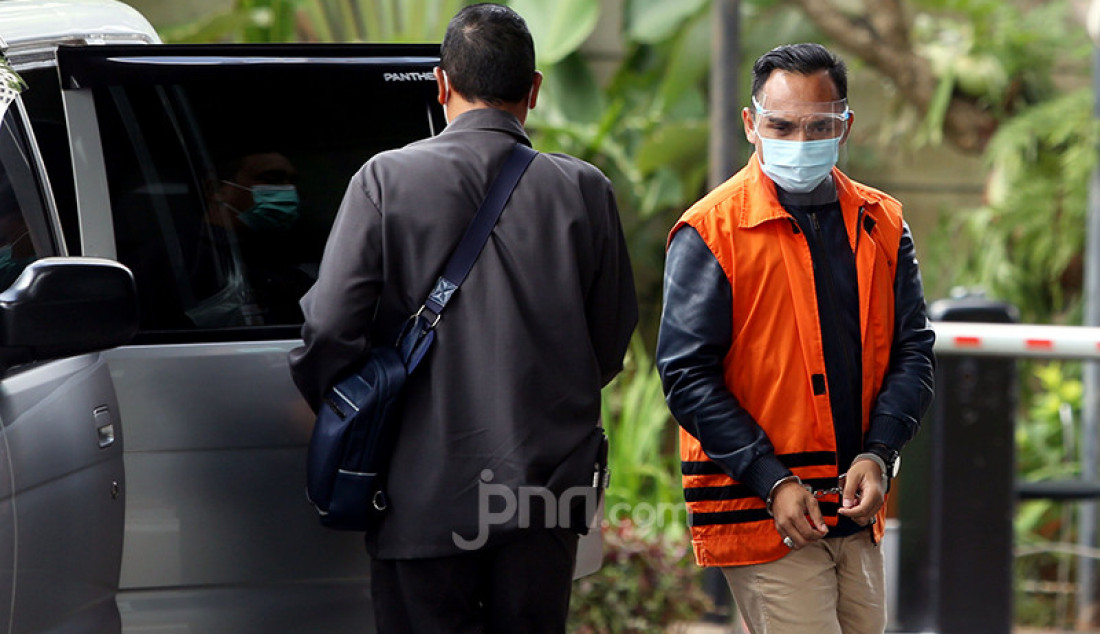 Ainul Faqih yang juga mantan staf istri Edhy Prabowo menjalani pemeriksaan di KPK, Senin (15/2). Ainul merupakan salah satu tersangka kasus suap perizinan benih lobster yang menyeret mantan Menteri Kelautan dan Perikanan Edhy Prabowo. Foto: Ricardo - JPNN.com