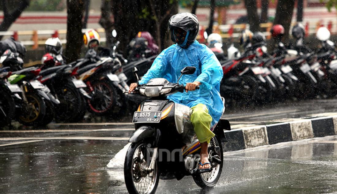 Pengguna sepeda motor mengenakan mantel melintasi kawasan Kuningan, Jakarta Selatan, Selasa (16/2). Badan Meteorologi, Klimatologi, dan Geofisika (BMKG) memprakirakan cuaca ekstrem akan melanda wilayah Jabodetabek pada 15-21 Februari 2021. Foto: Ricardo - JPNN.com