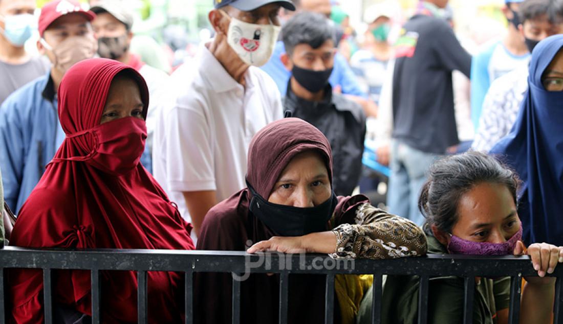 Warga mengantre pencairan dana Bantuan Sosial Tunai (BST) sebesar Rp 300 ribu di halaman Masjid Jami' Al-Hidayah di RW 01 Bedahan, Kota Depok, Selasa (16/2). Sebanyak 159.470 Keluarga Penerima Manfaat (KPM) di Kota Depok menerima BST yang disalurkan melalui PT Pos Indonesia. Foto: Ricardo - JPNN.com