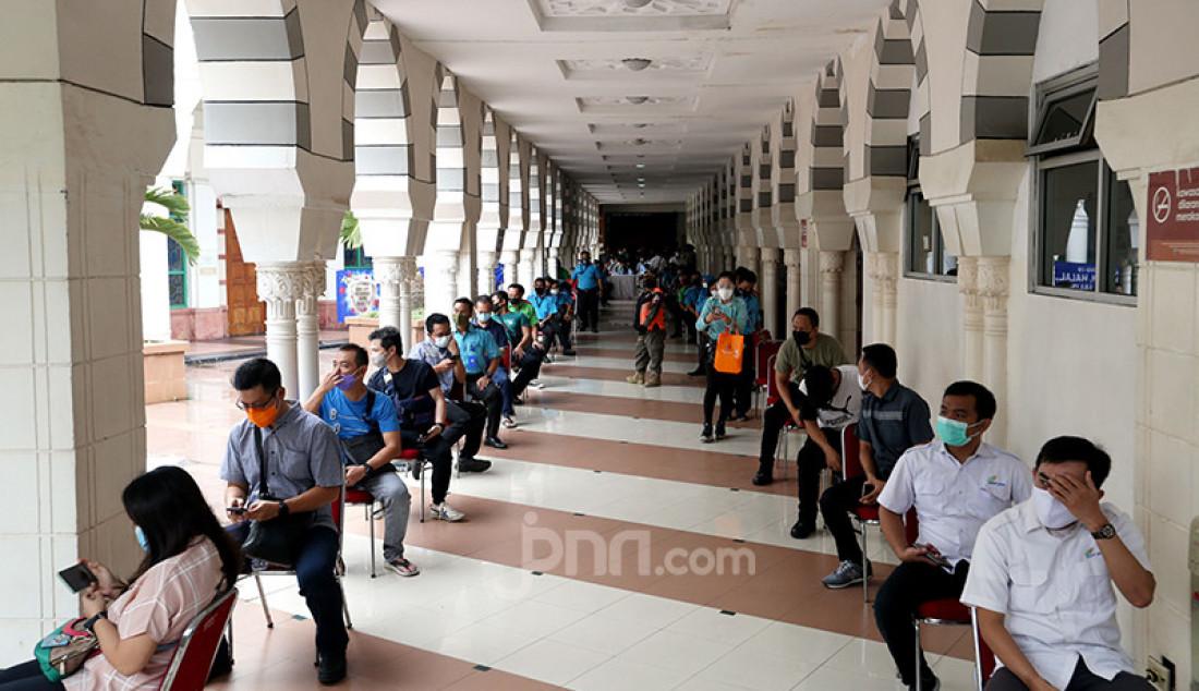 Para pedagang Blok A Pasar Tanah Abang, Jakarta Pusat yang telah terdaftar sebagai penerima vaksin Covid-19 tengah mengantre untuk menerima suntikan tahap dua, Rabu (17/2). Vaksinasi Covid-19 tahap dua ini dilakukan kepada 9.000 lebih pedagang yang terdaftar sebagai penerima vaksin. Foto: Ricardo - JPNN.com