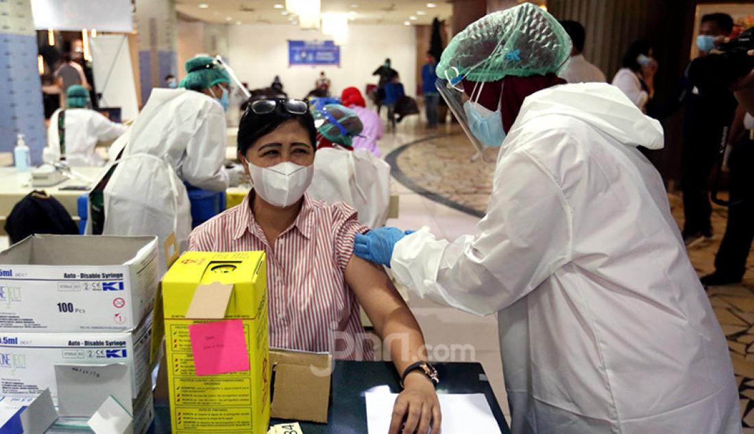 Tenaga kesehatan menyuntikkan vaksin Covid-19 kepada pedagang Blok A Pasar Tanah Abang, Jakarta Pusat, Rabu (17/2). Vaksinasi Covid-19 tahap dua ini dilakukan kepada 9.000 lebih pedagang yang terdaftar sebagai penerima vaksin. Foto: Ricardo - JPNN.com