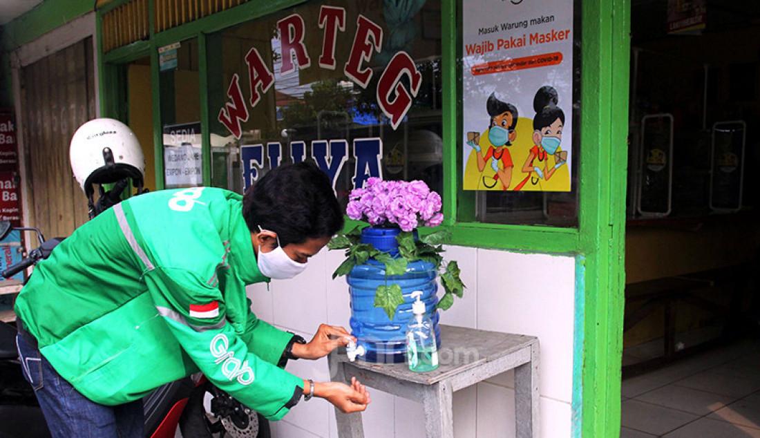 Sebuah warung tegal atau warteg bernama Ellya tadi Cilandak Timur, Pasar Minggu, Jakarta menerapkan protokol kesehatan untuk mencegah penularan Covid-19. Pemilik warteg, Ellya, mengatakan bahwa penerapan protokol kesehatan itu tidak hanya berupa penggunaan masker, melainkan juga penyediaan area cuci tangan bagi pengunjung yang hendak jajan, pembatas jarak, serta pelayan yang mengenakan face shield dan sarung tangan saat melayani pembeli. Foto: Ricardo - JPNN.com