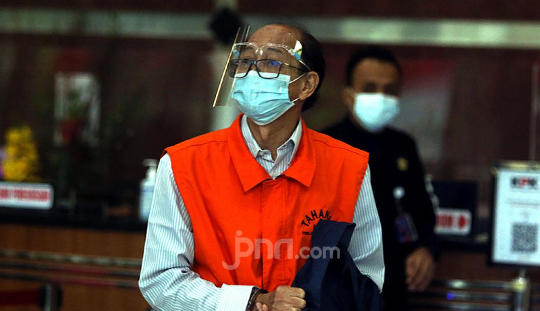 Mantan Kepala Badan Informasi Geospasial (BIG) Priyadi Kardono usai menjalani pemeriksaan di gedung KPK, Jakarta, Kamis (18/2). Priyadi merupakan salah satu tersangka kasus dugaan korupsi pengadaan Citra Satelit Resolusi Tinggi (CSRT) pada BIG yang bekerja sama dengan LAPAN tahun 2015. Foto: Ricardo - JPNN.com