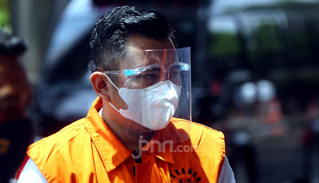 Amiril Mukminin yang menjadi tersangka kasus suap izin benih lobster saat tiba di gedung KPK, Jakarta, Senin (22/2) untuk menjalani pemeriksaan. Foto: Ricardo - JPNN.com