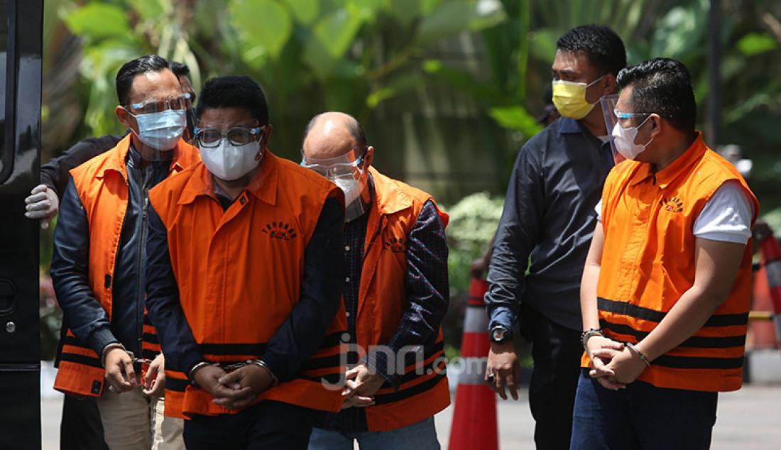 Empat tersangka kasus dugaan suap izin ekspor benih lobster, Ainul Faqih (paling kiri), Safri (nomor 2 dari kiri), Siswadi Pranoto Loe (nomor 2 dari kanan), dan Amiril Mukminin (paling kanan) tiba di Gedung KPK, Jakarta, Senin (22/2) guna menjalani pemeriksaan lanjutan. Foto: Ricardo - JPNN.com
