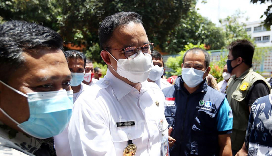 Gubernur DKI Jakarta Anies Baswedan usai meninjau pelaksanaan vaksinasi Covid-19 untuk kepada guru di SMA Negeri 70, Jakarta, Rabu (24/2). Foto: Ricardo - JPNN.com